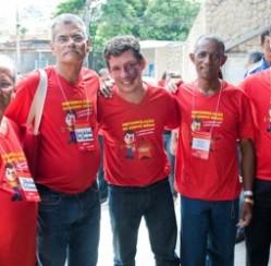 Deputado federal Reginaldo Lopes do PT-MG veste camiseta promocional produzida pela VZ
